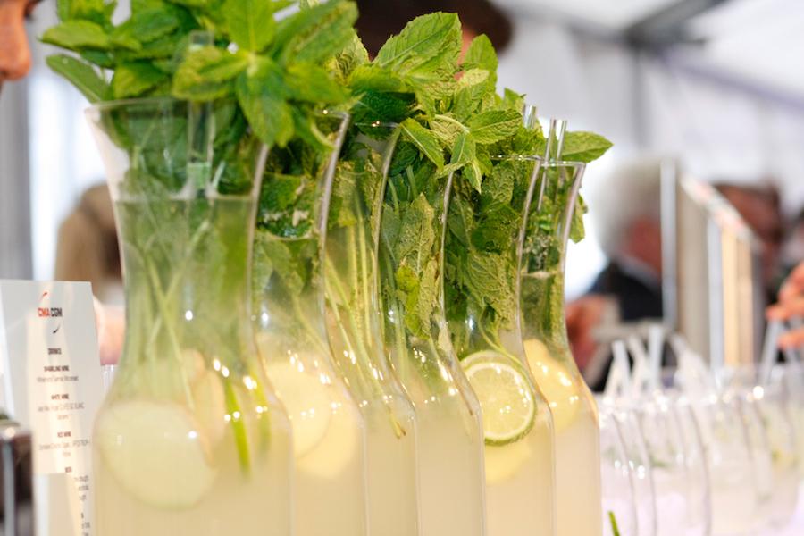 Hausgemachte Ingwer-Minz-Limonade in der Karaffe an der Bar.