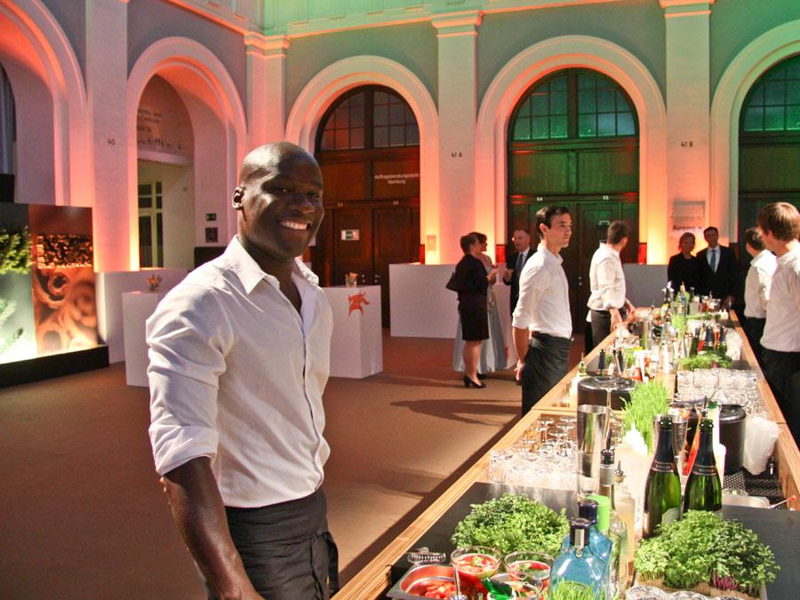 Aroma-Bar mit Cocktails, verfeinert mit den Produkten des Kunden