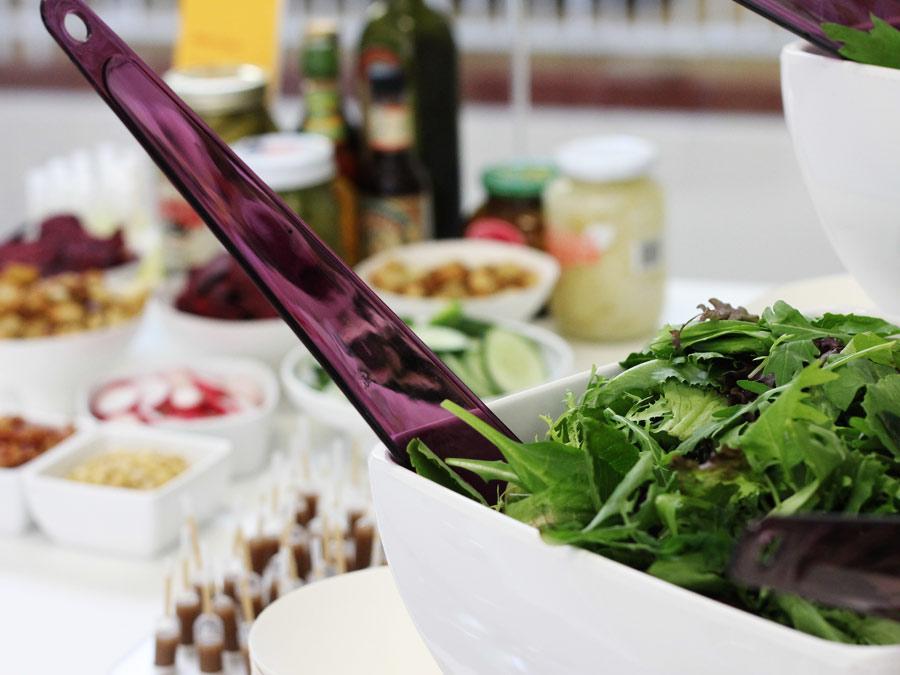 Salatbuffet mit internationalen Zutaten zum Managermeeting