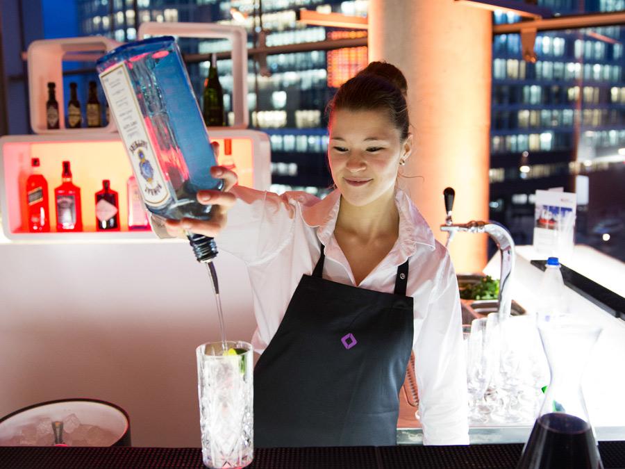 Bartender an der Gin-Tonic Bar zum Kundenevent