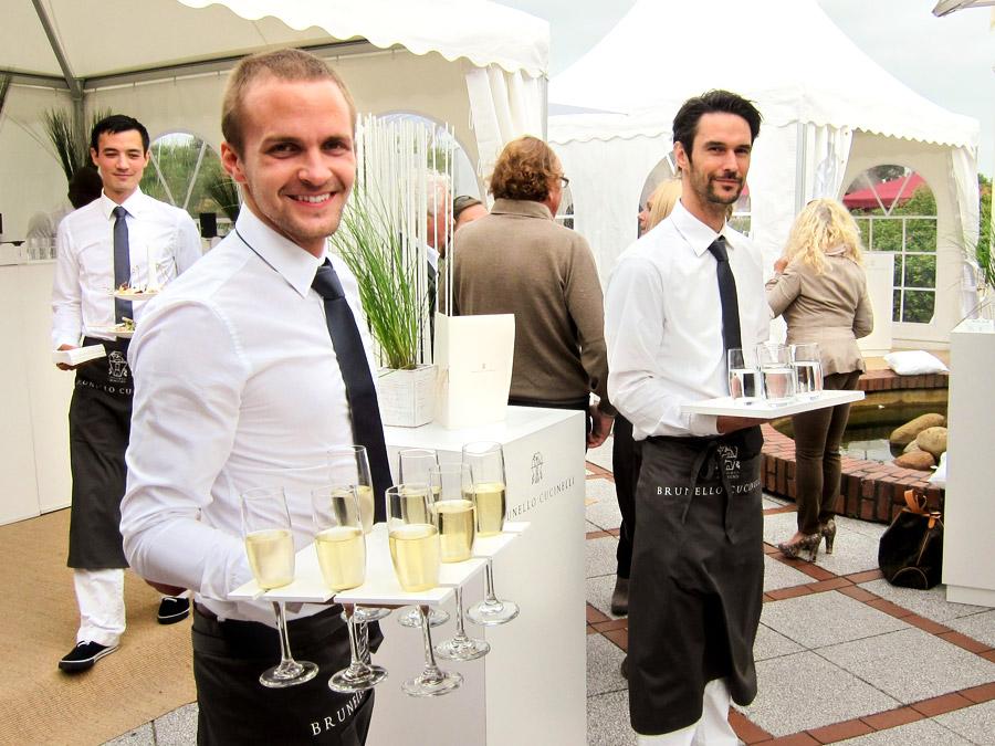 Flying Service mit Champagner zum Sommerfest.