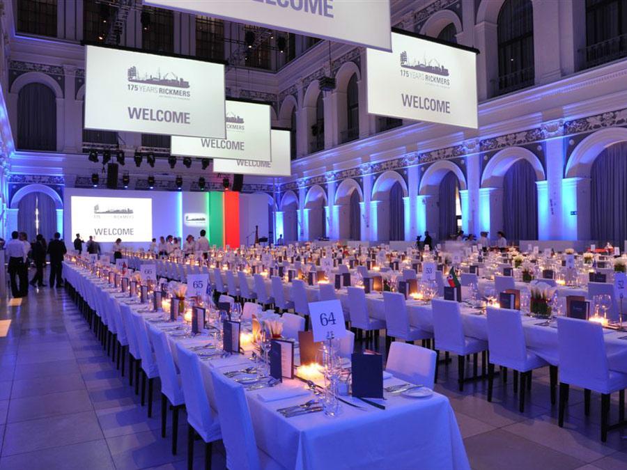 Gala Dinner mit langer Tafel zum 175. Firmenjubiläum in der Hamburger Handelskammer.