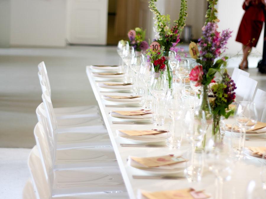 Puristischer weißer Tisch und Stühle - ohne Tischwäsche und Hussen.