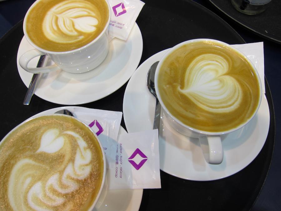 Drei Cappuccino mit Latte Art