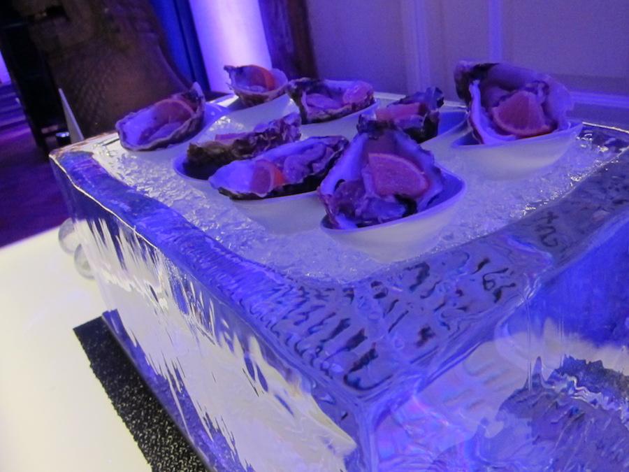 Kristallklarer Eisblock mit Austern