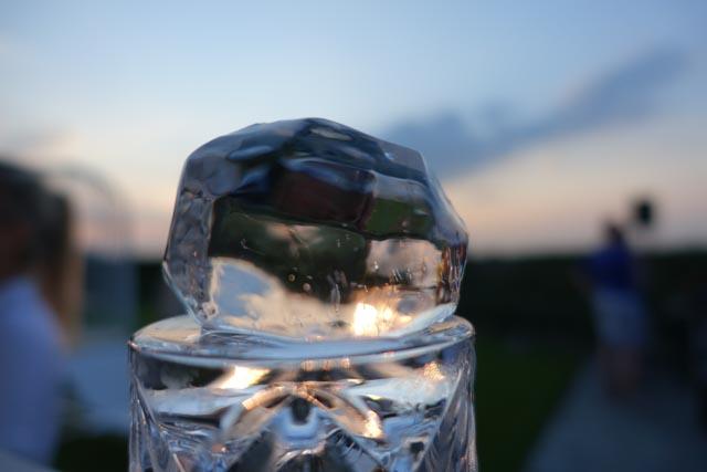 Hand geschnitzter Eiswürfel in Diamantenform