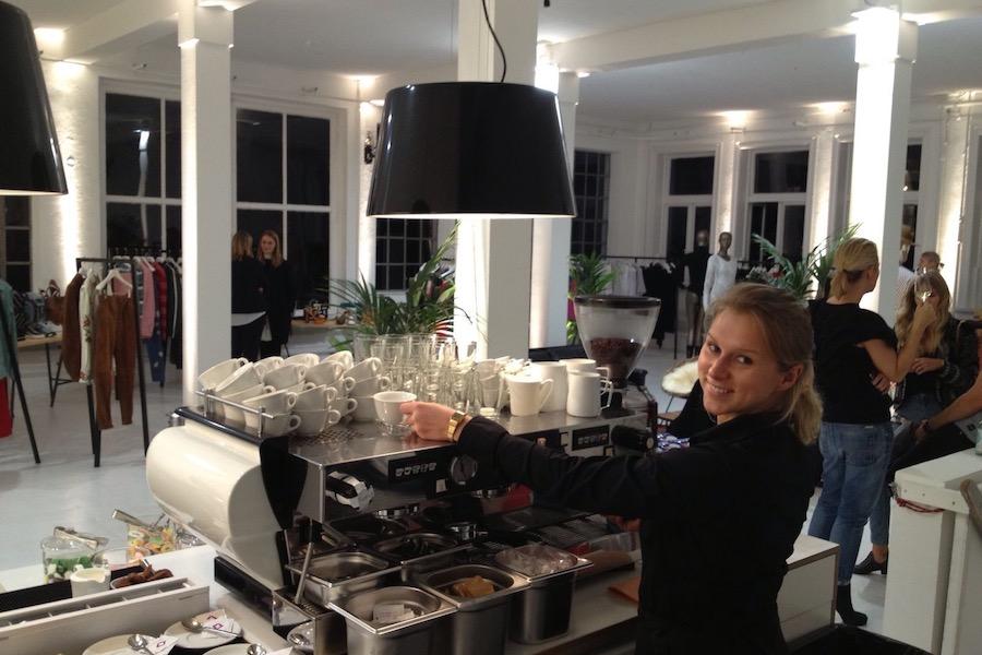 Die Kaffeespezialitäten werden vom der Barista an der Siebträgermaschine gefertigt.