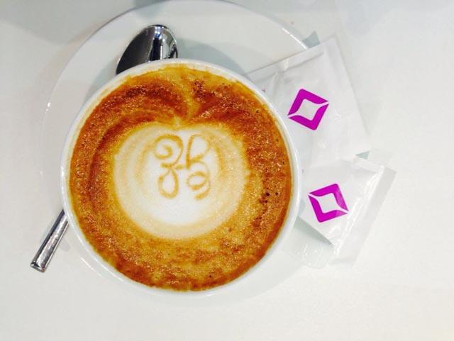 Das Kundenlogo wurde mit Latte Art auf dem Cappuccino gezeichnet.