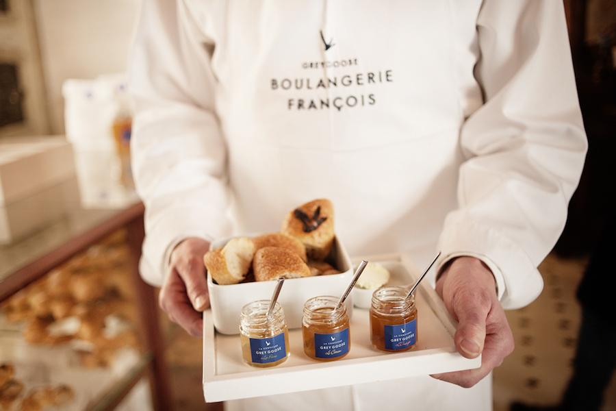 Französisches Baguette und GREY GOOSE Marmeladen.