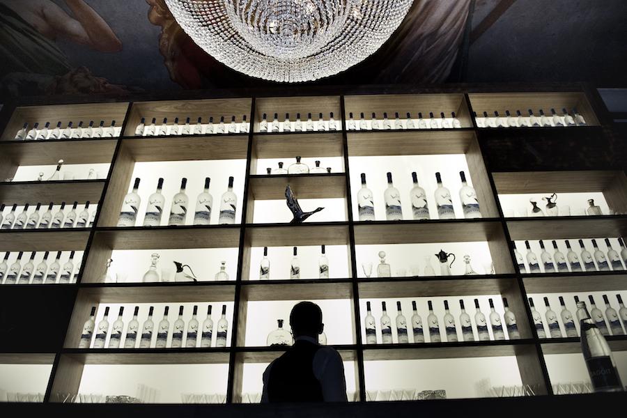 5 Meter hohes Rückbuffet und Kronleuchter in der Fly Beyond Bar.