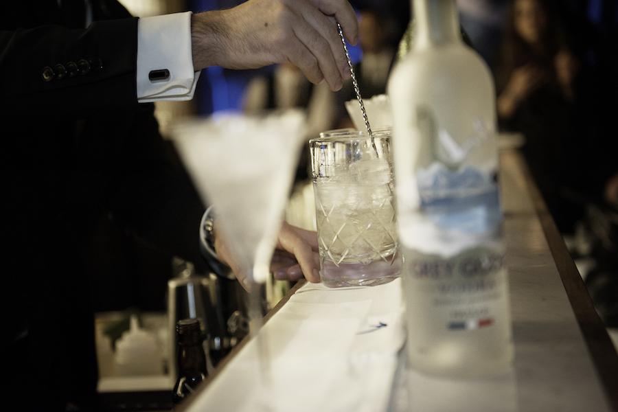Beste GREY GOOSE Martinis werden an der Bar gerührt.