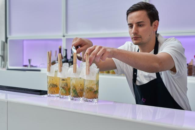 Der Barkeeper fertigt die Cocktails an der LUNABar.