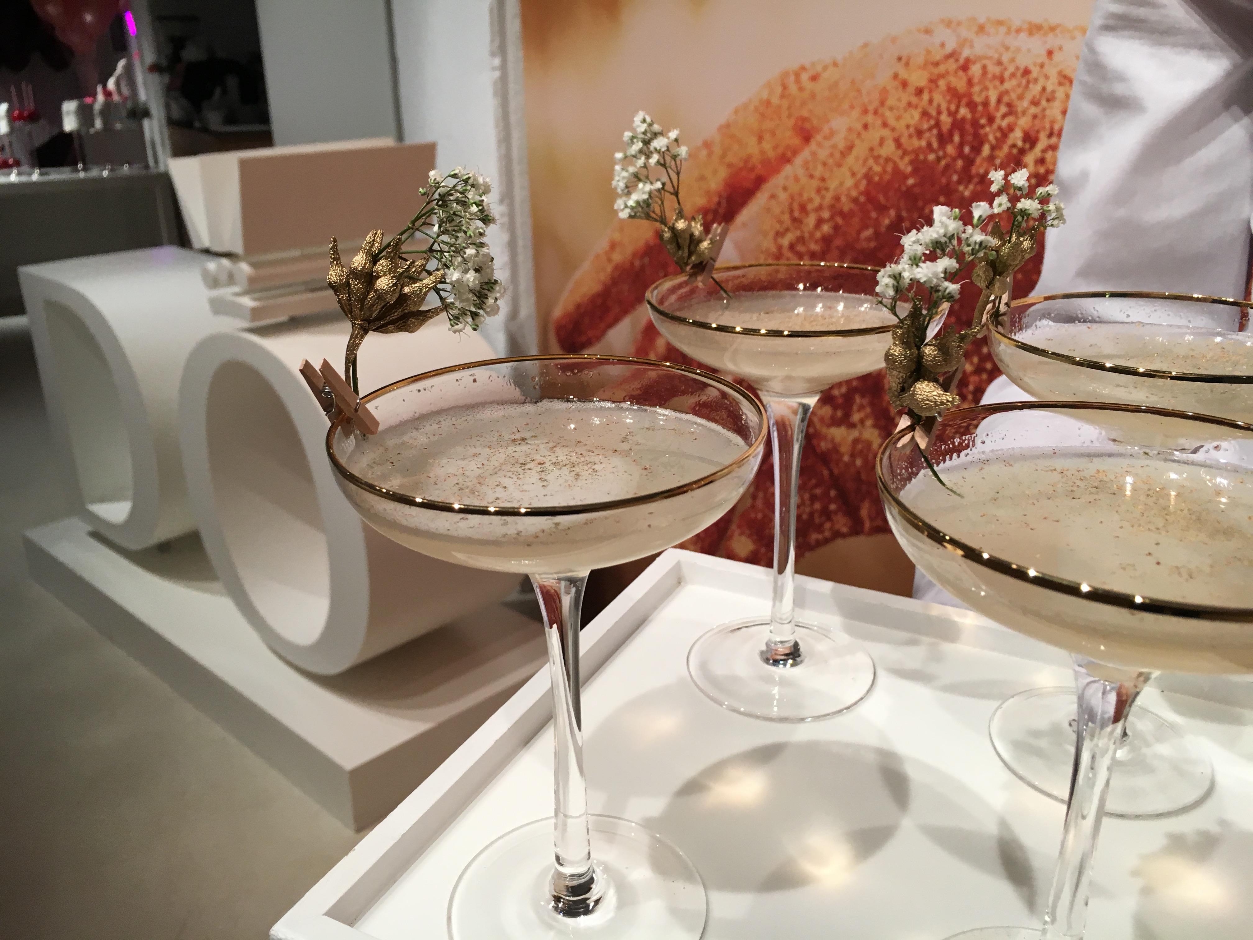 SHINE Cocktail zur Begrüßung im Champagnerglas mit Goldrand.