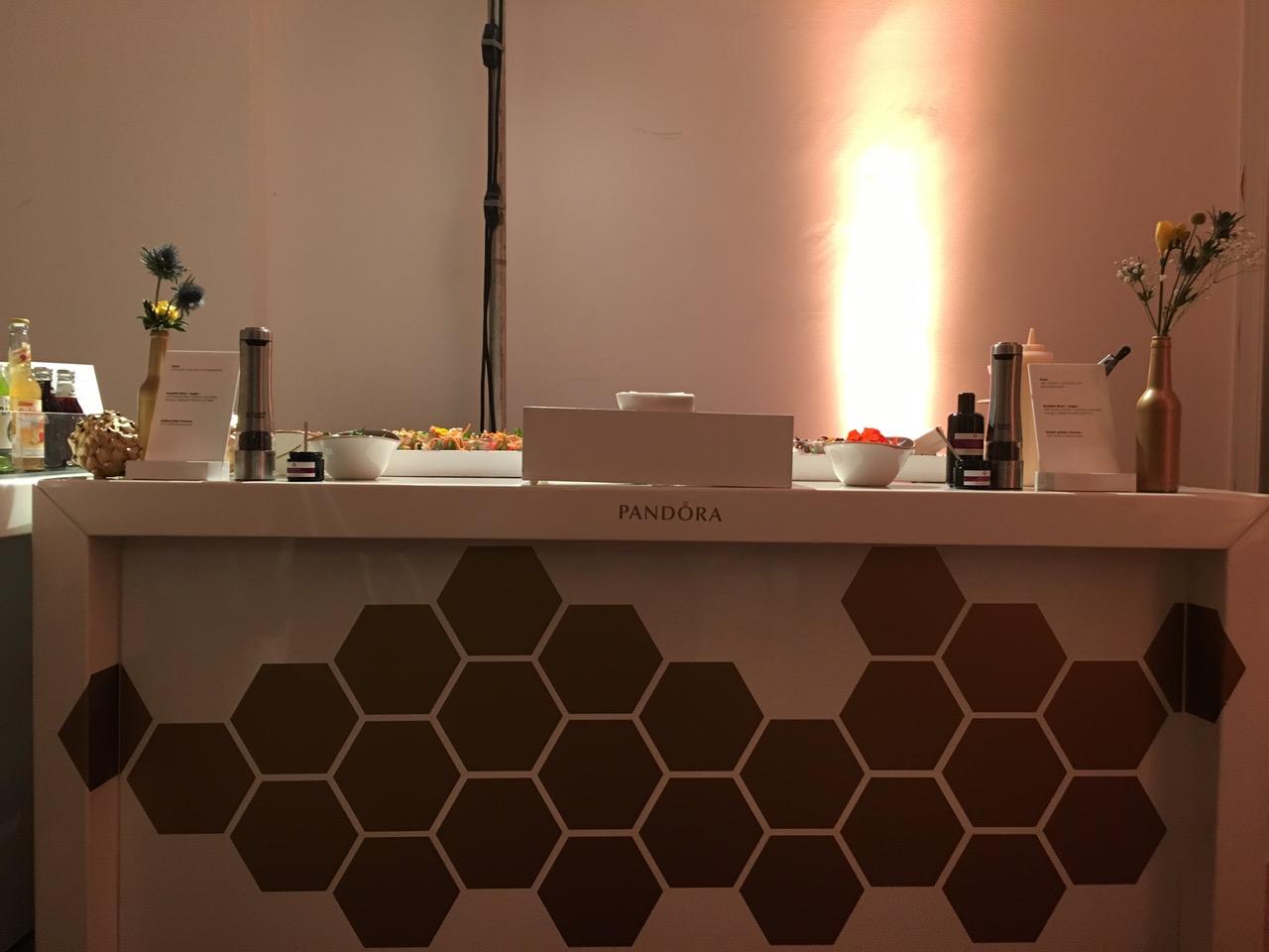 Golden berakelter Counter als Station für das Live Cooking.