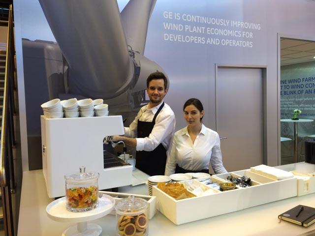 Weiße Siebträger Espressomaschine passend zum Stand Design