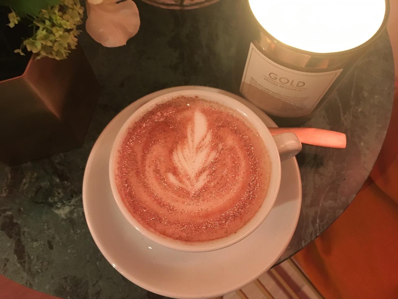 Der Glitter Cappuccino strahlte mit dem Schmuck um die Wette.