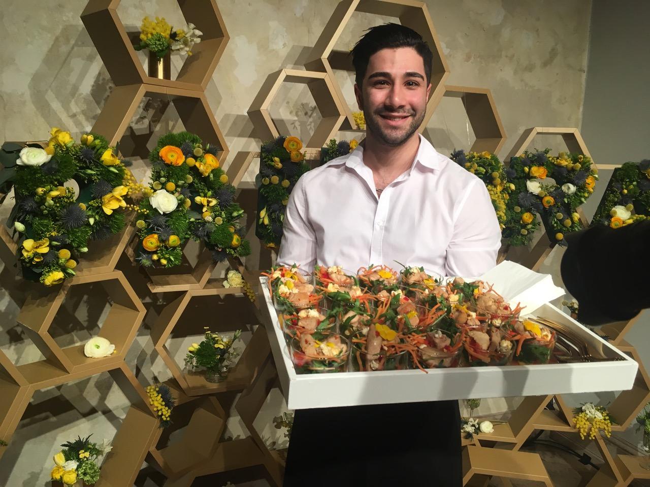 Frühlingssalat mit Blüten als Forkfood im Flying.