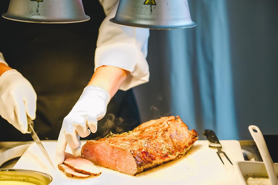 Das Roastbeef wird frisch am Buffet aufgeschnitten.