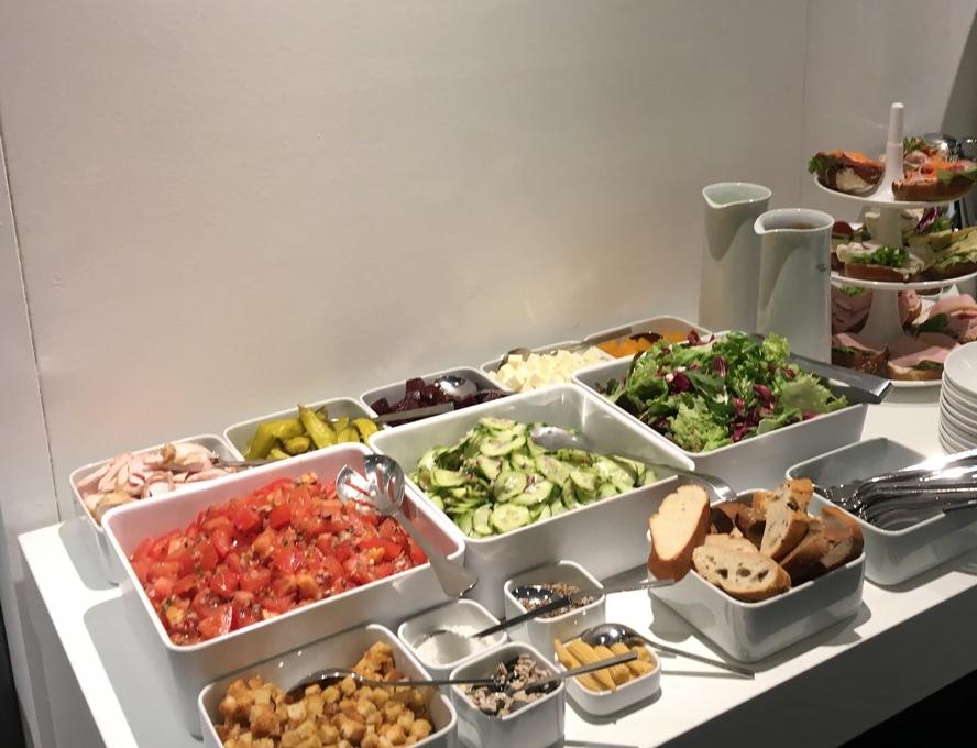 Salatbar zur Verpflegung der Standmitarbeiter