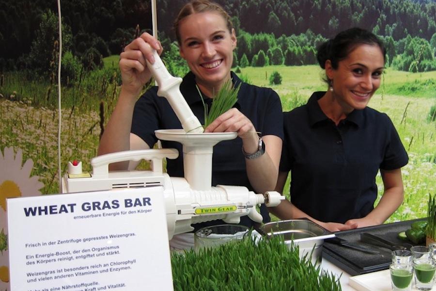 An der Wheat Grass Bar wird das Weizengras frisch gepresst.