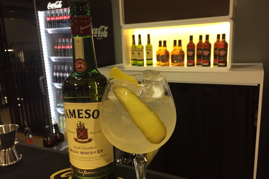 Jane Gherkin Cocktail mit Sprite, Whisky und Gewürzgurke.
