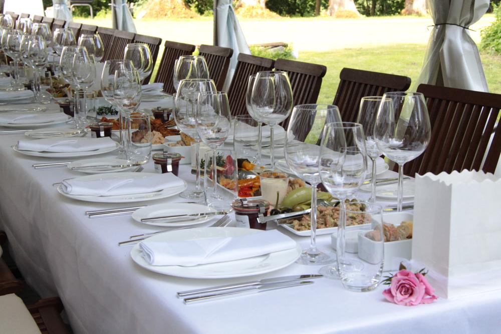 Tischbuffet mit eingedeckten Vorspeisen.